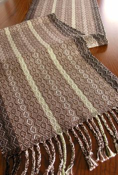 Handwoven Table Runner Winter Pinecone by FiberFusion on Etsy Card Weaving, Loom Weaving, Weaving Textiles, Weaving Patterns, Types Of Weaving, Swedish Weaving, Spinning Yarn, Woven Scarves, Burlap Crafts