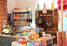 Le Petit Souk: l'enfant décoration, cadeau de naissance, papeterie, meubles, nouveautés. Shop display, store interior. Visual merchandising.