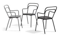 I Blå Stations sortiment finns framför allt pallar, stolar, bänkar, fåtöljer, soffor och bord, systemmöbler och utomhusmöbler.