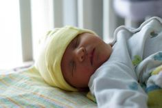 ¿El bebé está despierto de noche y duerme de día? ¡Ten paciencia! Haz click sobre la imagen para que leas el consejo de los expertos.
