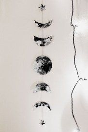 DIY: Moon phases garland We are so happy you enjoyed our previous DI. - DIY: Moon phases garland We are so happy you enjoyed our previous DIY post on Halloween - Diy Tumblr, Diy Dream Catcher, Decoration Bedroom, Dit Room Decor, Wall Decor, Ideias Diy, Diy Décoration, Easy Diy, New Room