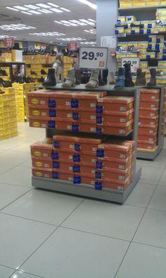 Deze schoenen staan gelijk bij de Van haren aan het begin van de winkel. Ze worden ook gezien als je er voor bij loopt.