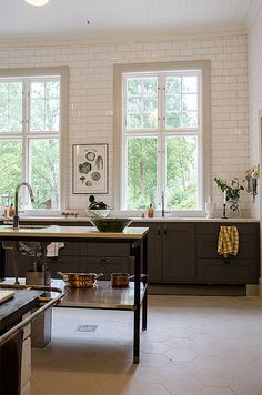 9 Exciting Modern Kitchen Without Upper Cabinets Modern Farmhouse Kitchens, Farmhouse Kitchen Decor, Home Decor Kitchen, Kitchen Interior, Home Kitchens, Kitchen Modern, Farmhouse Design, Farmhouse Style, Ikea Kitchen