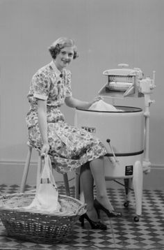 RETRO FLASHBACK New, ultra-modern washing machines have revolutionised housework for busy women! Modern Washing Machines, Old Washing Machine, Vintage Housewife, Doing Laundry, Laundry Room, Vintage Laundry, Clothes Line, The Good Old Days, Vintage Pictures