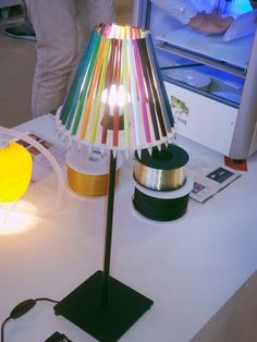 Onwijs leuk idee gezien op de Dutch Design Week 2013 in Eindhoven! De potloodlamp! Super simpel om te maken en ook nog eens relatief goedkoop! Het enige dat je nodig hebt is: een lampvoet, houtencirkel met gaten en potloden! Creatiefff!!