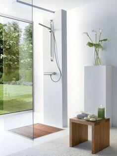Douche met houten vlonder. Wat een prachtige open ruimte is deze badkamer. De witte gietvloer doet de ruimte groter lijken. De houten vlonder in de douche verbergt de waterafvoer.