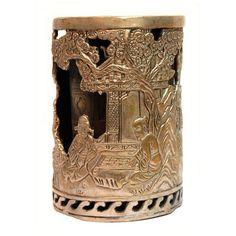 VASO EN PLATA TIBETANA  S. XIX. Vaso de plata tibetana formado por dos cuerpos, uno interior y otro exterior. Este último se encuentra labrado con distintas escenas, así como el interior. Marca en la base. Medidas: 10 x 6,5 cm.