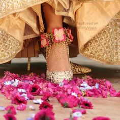 Gorgeous floral anklet designs to bookmark for your mehndi this wedding season! Bridal Accessories, Wedding Jewelry, Indian Wedding Jewellery, Bridesmaid Jewelry, Flower Jewellery For Mehndi, Flower Jewelry, Ideas Joyería, Anklet Designs, Mehndi Designs