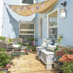 8schmalen Balkon Gestalten Sitzbank Dunkle Farbe Polstersessel ... Terrasse Einrichten Ideen Pouf