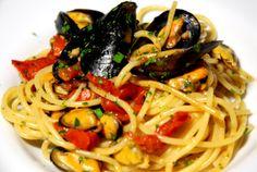 PASTA CON LE COZZE 600 gr di spaghetti;2 kg di cozze intere;1 mazzetto di prezzemolo;2 spicchi d'aglio Olio d'oliva;Sale;Pepe