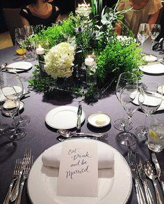 そしてこちらが当日のお花♡ サンプルアップより爽やかになり、やっぱり白を入れてよかった✨ スポットライトが当たるとさらに好き♡ . コンセプトの【都会の中のリラックス空間】表現出来たかなぁ♡ . ステキ花嫁さまのようなお花いっぱいの華やかなウェディングっぽさはないんですがw、 私にはドンピシャなテンションの上がるテーブルが出来上がりました . お花のイメージを伝えるってとても難しかったなー . #会場装花#装花#サンプルアップ#シンプル #お花#yuri43wedding #お花が少ないからか思ってたより費用おさえられた