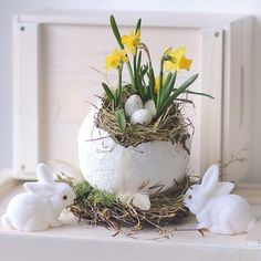 It is possible to find inspiration and craft supplies in a number of the strangest places. If it comes to Easter crafts, I enjoy making baskets best of all because the chances are limitless. Lots of the Easter egg crafts… Continue Reading → Easter Flower Arrangements, Easter Flowers, Spring Flowers, Floral Arrangements, Decorations Christmas, Deco Floral, Easter Holidays, Easter Table, Easter Wreaths