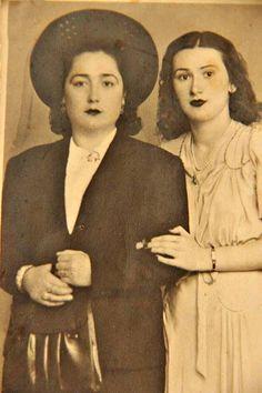 Ayşe halam rahmetli babamın öz hala kızı Şapkalı olan yanındaki çok yakın arkadaşı   Tahire .Ö ve Aysel.Ç özel aile arşivi ve adlarına albüme yüklenmiştir.  1929 YILI