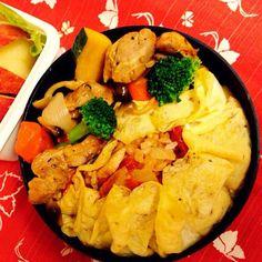 トマトを炊き込んだご飯をクレープみたいに包み込んだオムライス、鶏肉のトマト煮は野菜やきのこがいっぱい^_^ - 53件のもぐもぐ - 今日の私のお弁当、トマト大好きクレープみたいなオムライス‼️野菜いっぱいのお弁当 by mtorii19
