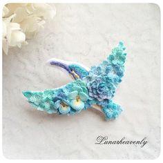 新作、カワセミのブローチ。 今までにない鮮やかなブルーです。お花を纏った鳥さんシリーズ、はまってしまいそうです♡ #レース編み #crochet #カワセミ