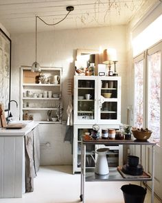 A kitchen as in the countryside, rustic and family! - Home Fashion Trend Neutral Kitchen, Eclectic Kitchen, Rustic Kitchen, Kitchen Dining, Kitchen Words, Family Kitchen, Unfitted Kitchen, Low Sideboard, Modern Hallway