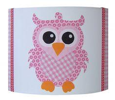Een prachtige wandlamp met daarop een uil, in het roze. Combineer met het Studio Poppy behang voor een fantastisch resultaat.