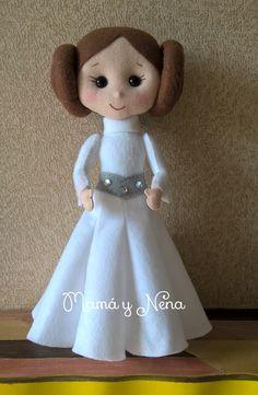 Princesa Leia em Feltro, por Ilécia Matos, (Mamá y Nena), ideal para decoração de festas no Tema Star Wars - A Princesa Leia Organa ou General Leia Organa,   é uma personagem fictícia da série de filmes Star Wars (Guerra nas Estrelas).