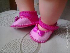 Вот такие туфельки из плотного фетра с бантиками из атласных лент и застежкой сбоку на пришивную маленькую кнопочку. фото 1