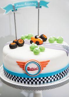 Themenparty für Kindergeburtstag-Torte mit Spielfiguren-rennwagen