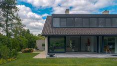 Nieuwe dakkapel bekleed met zwart zink en horizontale aluminium lamellen voor de zonwering.