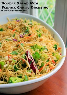 Jo and Sue: Noodle Salad With Sesame Garlic Dressing Jo und Sue: Nudelsalat mit Sesam-Knoblauch-Dressing Healthy Salad Recipes, Vegetarian Recipes, Cooking Recipes, Chow Mein, Easy Salads, Summer Salads, Garlic Noodles, Rice Noodles, Asian Recipes