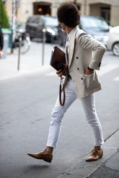 The latest men's street style photographs and trends for Our photographers snap the best-dressed real men from across the globe. Mens Fashion Blog, Mens Fashion Shoes, Suit Fashion, Mens Style Guide, Men Style Tips, Style Men, Fashion Gallery, Fashion Images, Spring Look