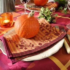 ein Kürbis und Servietten AUVERGNE von Sander - fertig ist die herbstliche Tischdeko!