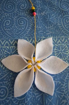 Mother's Day gift made with Felt, which can be hung. Petals combined with pearls and cotton yarn Textiles, Summer Art, Hobbies And Crafts, Handicraft, Art Lessons, Xmas, Felt, Crafty, Spring