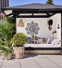 Magisk mysig uteplats – så byggde Kirsten och... | Leva & bo Outdoor Living, Outdoor Decor, Bungalow, Terrace, Bali, Toms, Villa, Backyard, Inspiration