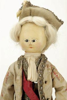 28: Pair of Queen Anne Wooden Dolls : Lot 28