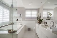 11 ways to make your bathroom look more expensive (From Betti Hunter - homify) Rich Home, House, Bathroom Interior Design, Design Suites, Bathroom Makeover, Home Remodeling, Modern Bathroom, Luxury Bathroom, Bathroom Decor