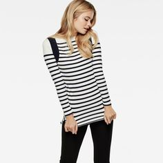 In thick jersey, this summery boat neck tee is a new take on the classic Breton.