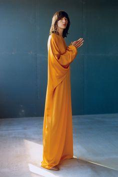 Roksanda Resort 2019 collection, runway looks, beauty, models, and reviews.