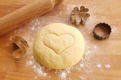 La pasta frolla all'acqua è l'impasto perfetto per chi vuole realizzare biscotti e crostate estremamente croccanti e leggeri senza uova, burro e derivati.