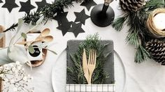 You don't need to be Martha Stewart to create a fab Christmas table. These amazing Christmas table setting ideas will make your holiday modern and bright. Christmas Tablescapes, Christmas Decorations, Table Decorations, Fresco, Christmas 2019, Xmas, Deco Table Noel, Moving Checklist, Feng Shui