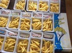 Frietjes chips met 'mayo' in een zakje van de snackbar