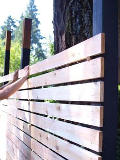 Build a beautiful and functional mid-century modern fence Hinterhofzaun Mitte des Jahrhunderts How to build a DIY backyard fence, part II Diy Backyard Fence, Diy Fence, Fence Gate, Backyard Projects, Outdoor Projects, Backyard Landscaping, Backyard Ideas, Modern Backyard, Horse Fence