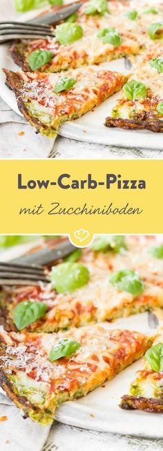 Pizza ohne Mehl? Na klar, mit einem Boden aus Zucchini, Ei und würzigem Käse. Eine Variante des italienischen Klassikers für alle Low Carb Verfechter.