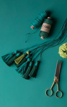 Grüne Garnquasten / DIY tutorial for greenery yarn tassels made from linen twine hunter-green, pistachio and emerald green | GARN & MEHR