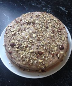 Chokolade kage med kanelhonning glasur og sprøde hasselnødder