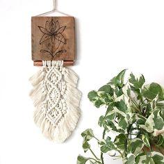 """Witaj :)  Prezentuje  """"joginke""""  o wymiarach:  Drewienko 12x13  Długość makramy z zawieszką  43cm  Ręcznie wypalany wzór w drewnie   element rurki miedzianej   makrama wykonana ze sznurka bawełnianego w kolorze naturalnym  Do każdej makramy przykładam bardzo dużo serca i  skupiam się na de ... Boho, Modern, Goblin, Trendy Tree, Bohemian"""
