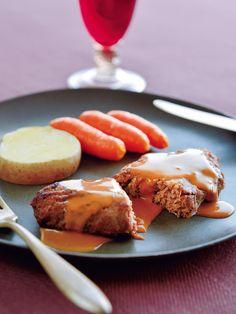 「ビストロ de ナカガワ」は、京都・宇治にて地元の人々に愛されている、1985年創業のレストラン。今回ご紹介するハンバーグは、甘くなるまでしっかり炒めた細かなみじん切りの玉ねぎと、触感を生かすために粗くみじん切りした生の玉ねぎを牛挽き肉に練り込んだお店の人気メニュー。焼いた肉汁と生クリームとデミグラスソースで仕上げた、濃厚でクリーミーなソースをたっぷりまとわせて真空パックに。しっかりとした食感の味わい深いハンバーグは、幅広い年齢層の方々に好まれそう。<DATA>「牛挽肉の衣焼き ロシア風」¥3,000(本体価格、2個以上ご購入の場合はお届け先が1カ所なら1個分の送料でお届け)内容/ハンバーグ150g(固形量110g)×4個冷凍便※賞味期限は、冷凍で90日>>購入はこちら