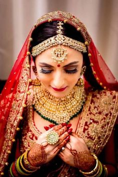 Indian Bridal Makeup - Gold and Polki Bridal Necklace with Emerald Hanging   WedMeGood   Soft Brown Makeup with Red Liptstick  #wedmegood #indianbride #indianwedding #bridalnecklace #maangtikka #mathapatti
