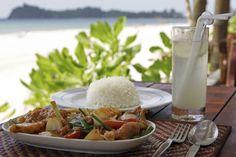 Rantapäivän lounas Koh Lantalla. #Thailand #lunch Alcoholic Drinks, Lunch, Glass, Food, Drinkware, Alcoholic Beverages, Eat Lunch, Corning Glass, Eten