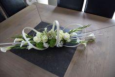 use flat wire and midollino stix Modern Flower Arrangements, Table Arrangements, Church Flowers, Funeral Flowers, Wedding Flowers, Deco Floral, Arte Floral, Ikebana, Flower Show