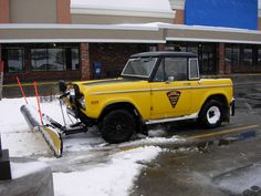 Bronco with a snow plow Car Ford, Ford Trucks, Pickup Trucks, Lifted Trucks, Tractor Snow Plow, Broncos Pictures, Classic Bronco, Early Bronco, Four Wheel Drive