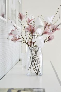 Scandinavian Easter tree – Gorgeous pastel coloured feathers on twigs. More idea… Scandinavian Easter tree – Gorgeous pastel coloured feathers on twigs. More ideas on Littlescandinavia… Fleurs Diy, Coloured Feathers, White Feathers, Easter Tree, Easter Flowers, Spring Flowers, Flowers Vase, Blush Flowers, Carnations