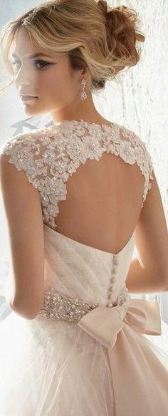 Vestido de novia con escote en encaje y brillantes