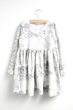 Op deze pagina kan je gratis het patroon van de Liv jurk downloaden. Een tricot jurk met een eenvoudig model maar wel super veelzijdi...